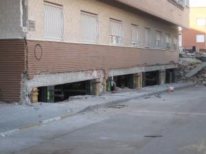 Daños estructurales sufridos en un edificio durante el terremoto de Lorca.