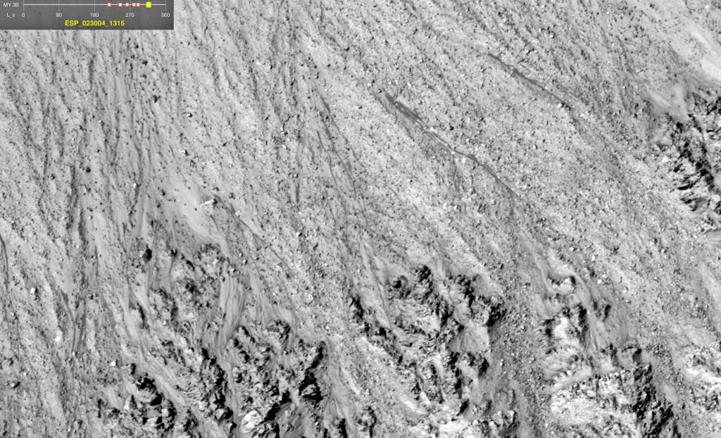 Flujos en un cráter reciente de Terra Cimmeria. NASA/JPL/University of Arizona.