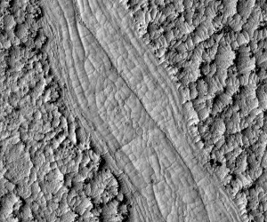 Otra visión de las espirales de lava. Esta vez se observan en una colada de lava más joven que el terreno circundante. NASA/JPL-Caltech/UA.