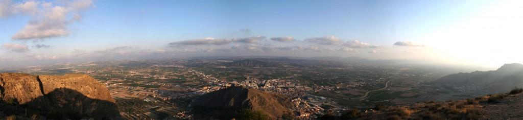 La Vega Baja desde la Cruz de la Muela en la Sierra de Orihuela. En primer plano se observa la ciudad de Orihuela, y al fondo el Cabezo de Hurchillo. El río que atraviesa la imagen es el Segura.