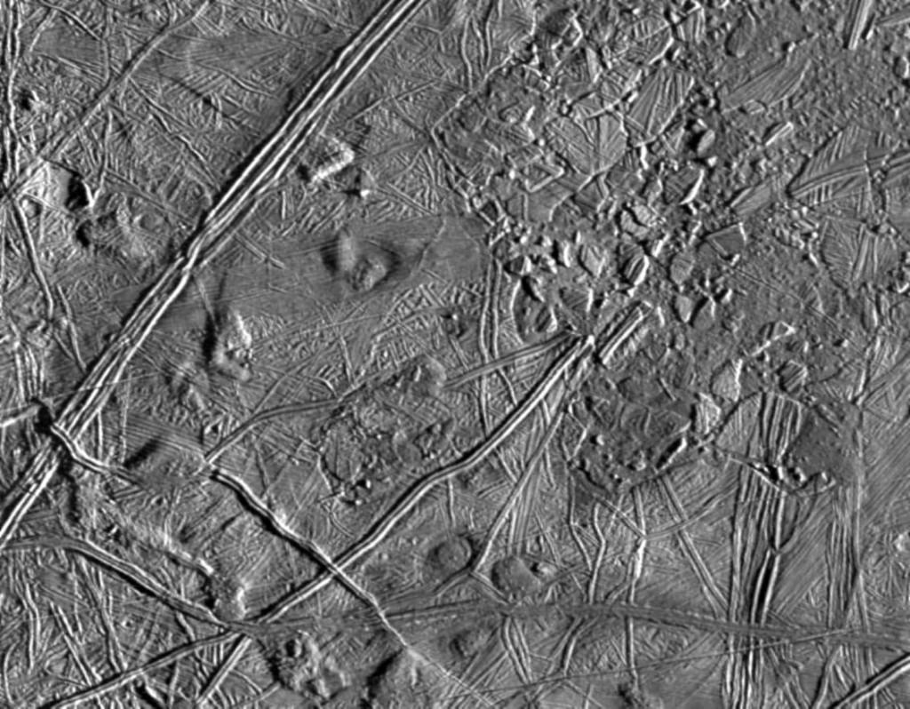 La superficie de Europa vista con una resolución de 180 metros desde la Galileo el 20 de Febrero de 1997. NASA/JPL/ASU.