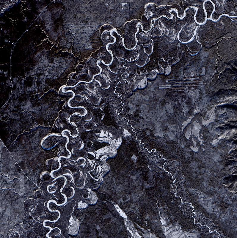 Trazado del río Kamchatka, donde se ven los fuertes meandros, e incluso algunos ya ababndonados. Landsat/NASA/USGS.
