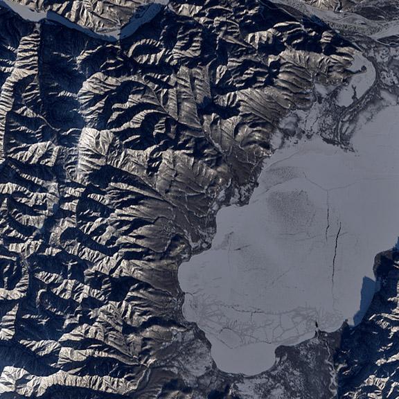 El lago azabache, ya cubierto con una capa de hielo. Landsat/USGS/NASA.