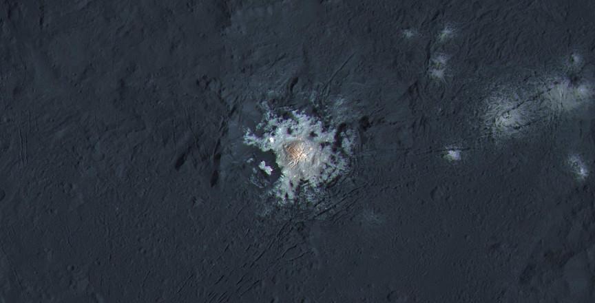 La nueva imagen del cráter Occator plantea nuevas cuestiones sobre el origen de las manchas de tonos claros. NASA/JPL-Caltech/UCLA/MPS/DLR/IDA/PSI/LPI.