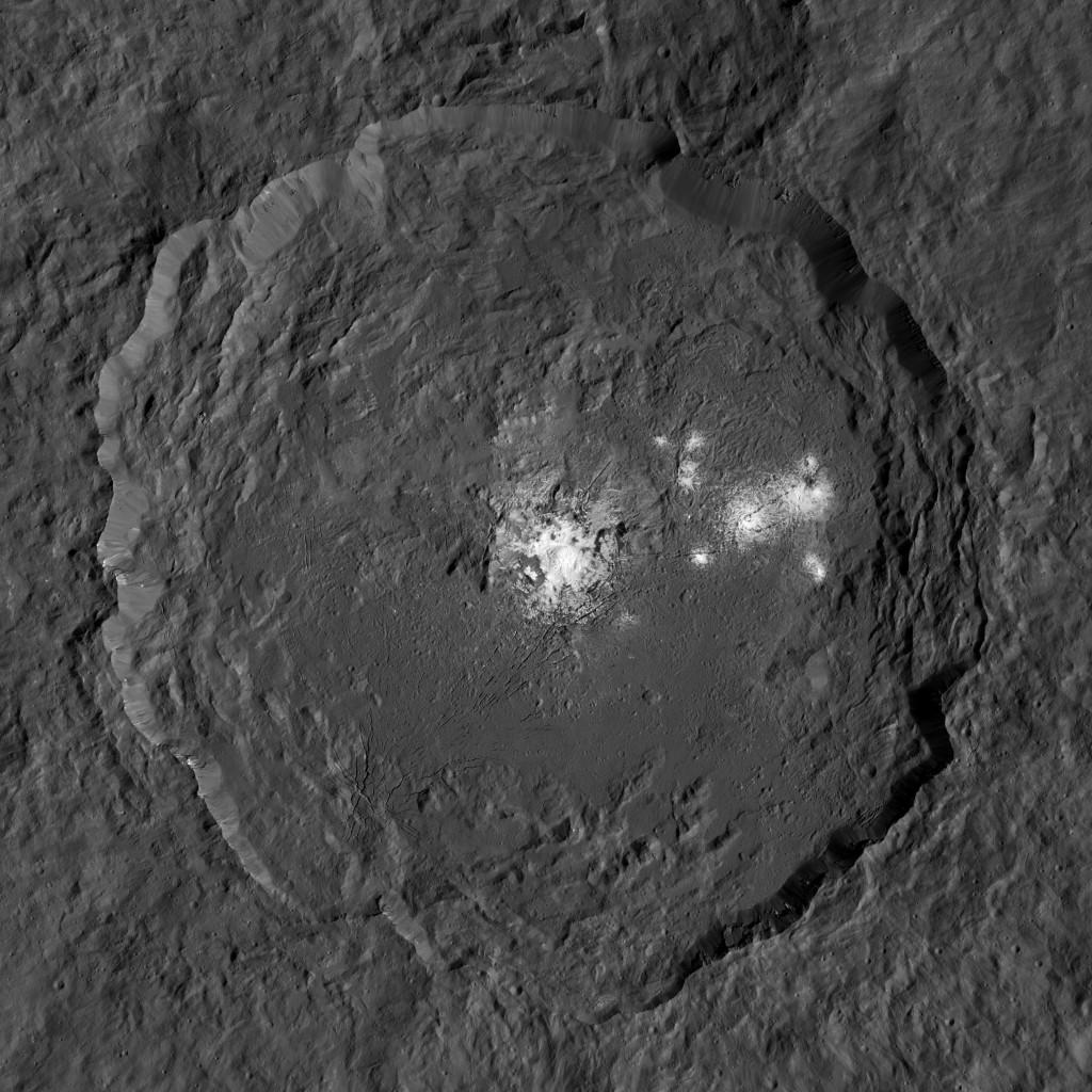 Una imagen del cráter Occator completo, compuesta por la suma de imágenes a lo largo de distintas órbitas de la Dawn. NASA/JPL-Caltech/UCLA/MPS/DLR/IDA/PSI/LPI.