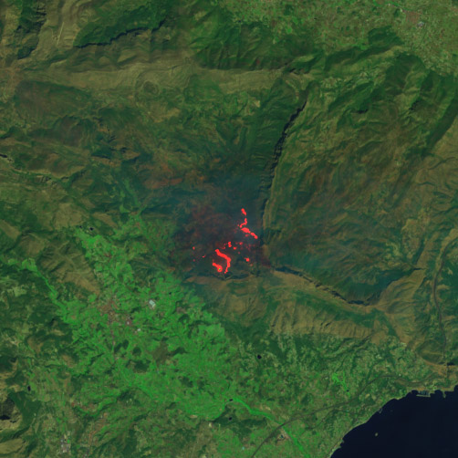 Ampliando la zona del incendio de Bolulla se puede apreciar perfectamente la extensión de las llamas gracias a las capacidades en el infrarrojo del satélite Landsat 8. NASA/USGS.