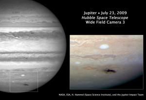 """Imagen de la nube """"oscura"""" provocada por el evento de 2009. Créditos: NASA, ESA, and H. Hammel (Space Science Institute, Boulder, Colo.), and the Jupiter Impact Team"""