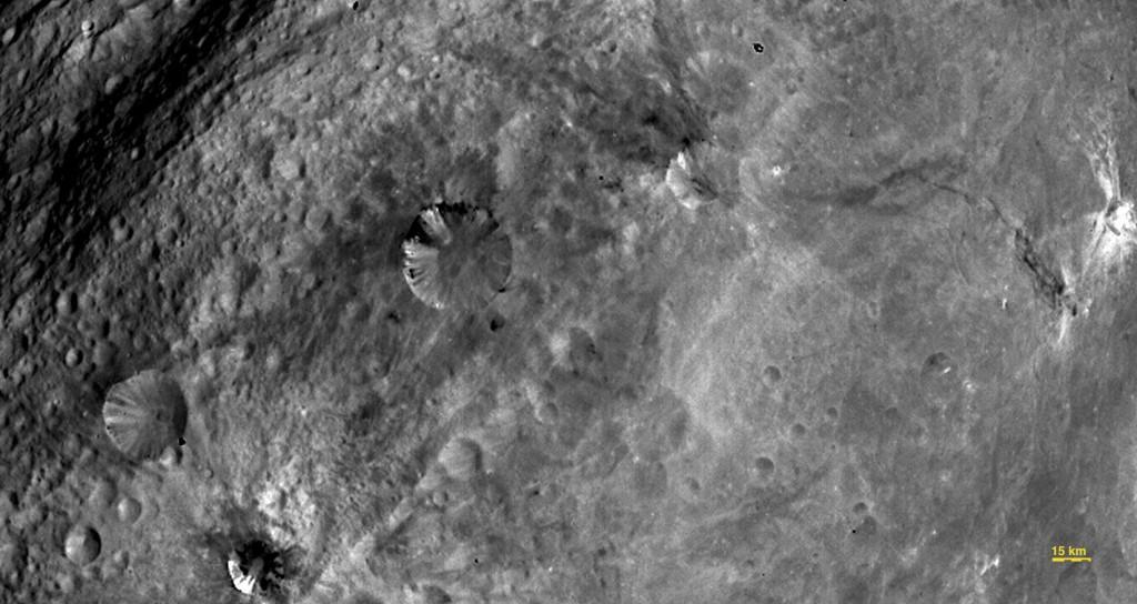 Detalle de unos cráteres con distintos materiales en superficie. NASA/JPL-Caltech/UCLA/MPS/DLR/IDA.