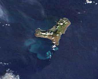 Imágen de la isla de El Hierro tomada por el satélite Terra el día 24/11/2011 donde se puede apreciar la mancha perfectamente. NASA.