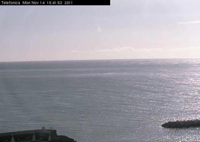 Imagen de la webcam de la restinga, tomada a las 15:40 GMT donde parece apreciarse algún tipo de material sobre la superficie del mar.