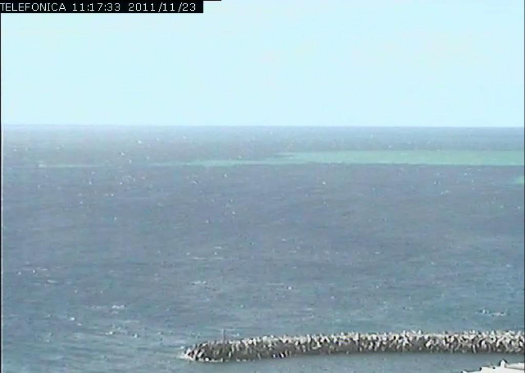 Imagen de la webcam de La Restinga en el que se aprecia perfectamente la mancha a las 11.17 GMT del día 23/11/11. Telefónica.