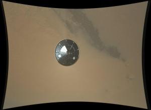 Un fotograma más a resolución completa de MARDI en el que se ve el escudo térmico.  NASA/JPL-Caltech/MSSS.