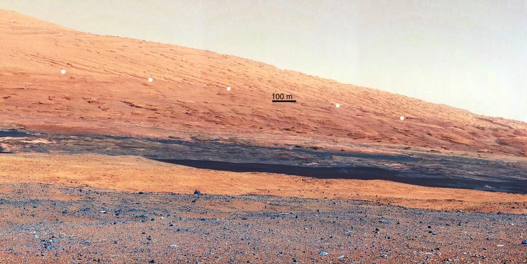 Imagen de la base de Aeolis Mons tomada por la MastCam. Los puntos marcan una discordancia entre dos paquetes de materiales. NASA/JPL-Caltech/MSSS.