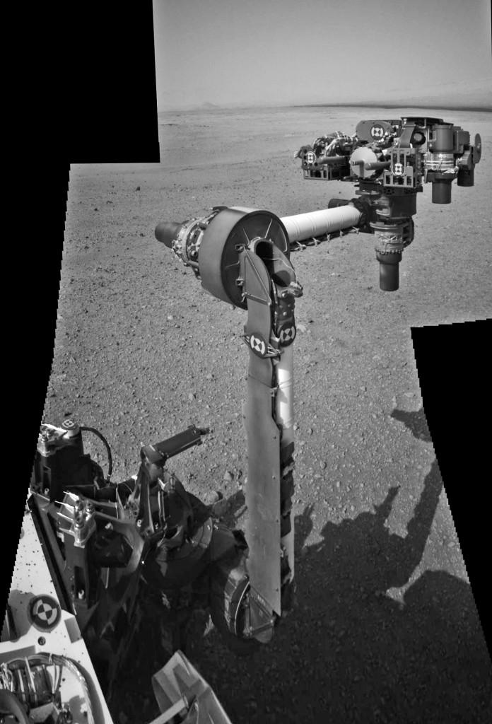 Imagen compuesta de tres fotogramas de la cámara de navegación donde se ve el brazo robótico desplegado. NASA/JPL/Caltech.
