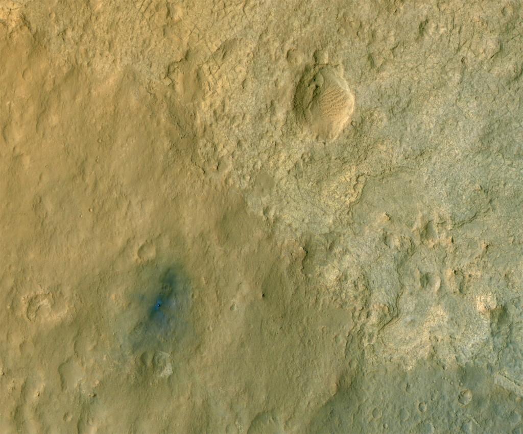 Imagen en color del lugar de aterrizaje del Curiosity visto por la HiRISE. Si pulsas sobre la foto, puedes ver la imagen completa. NASA/JPL/Universidad de Arizona.