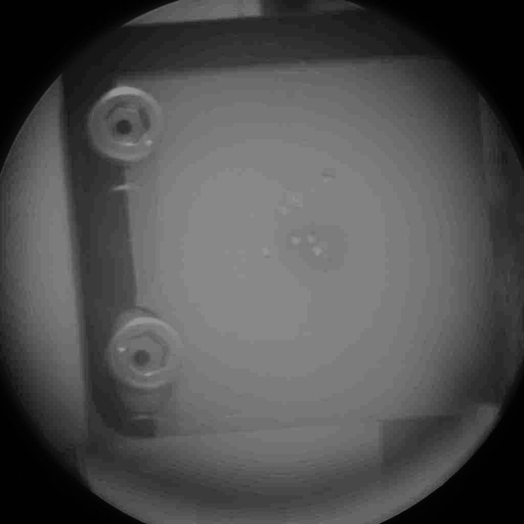 Agujeros creados por el láser en una placa de titanio que hay junto a las dianas de calibración. NASA/JPL-Caltech.