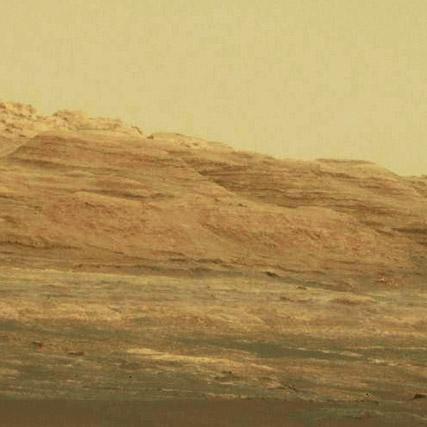 Estratos visibles en las colinas que han aguantado la erosión. NASA/JPL-Caltech.