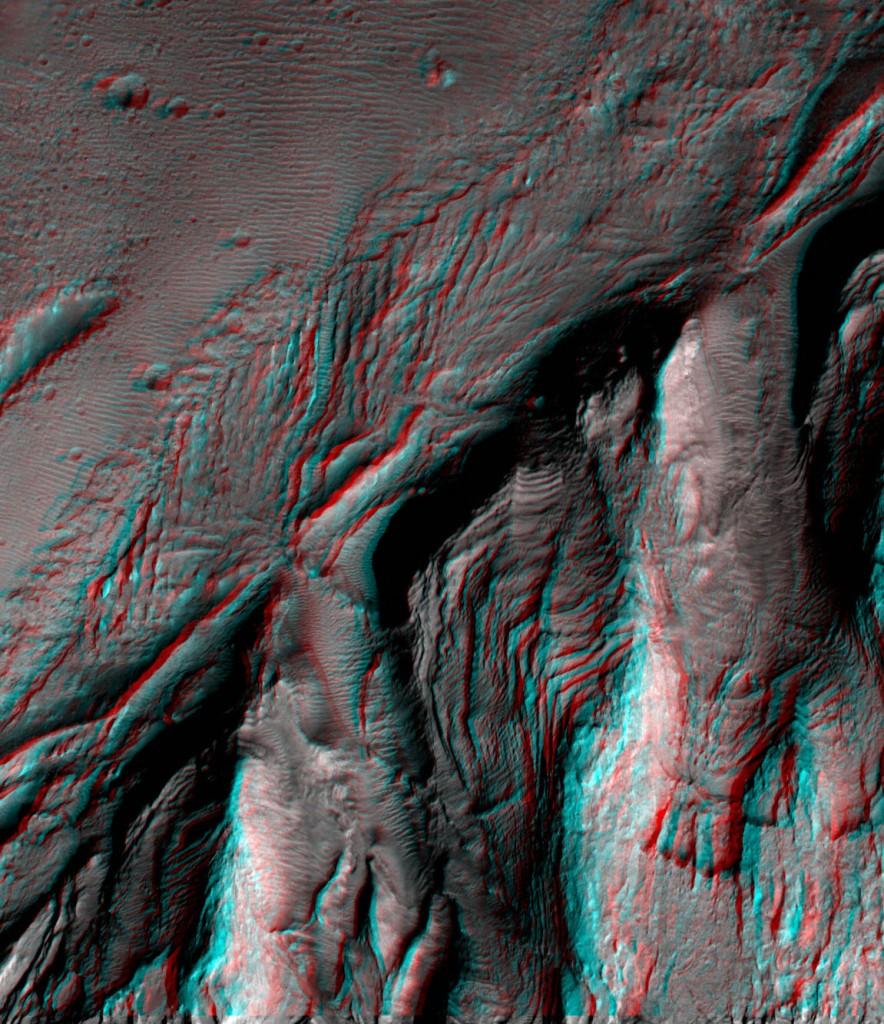Corte en los estratos visible en la zona Sur de Aeolis Mons. NASA/JPL/UA.