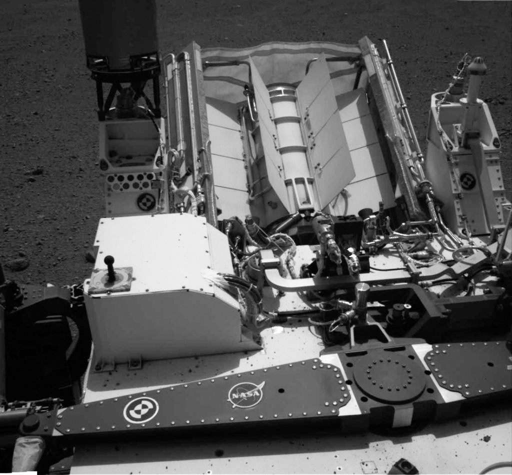 """Imagen tomada en el Sol 10 donde se observa el RTG, la antena UHF y el """"reloj de sol"""" usado para la calibración. NASA/JPL-Caltech."""