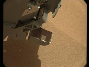 """La """"pala"""" llena de sedimentos. NASA/JPL"""