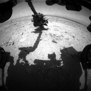 El brazo robótico trabajando sobre Bathurst Inlet en el Sol 54. NASA/JPL.