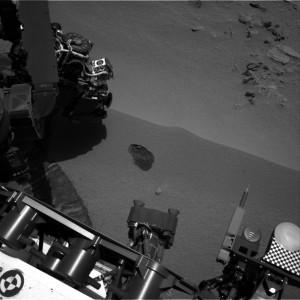 Sobre la rizadura se aprecia la excavación realizada por el Curiosity durante el Sol 61. NASA/JPL.