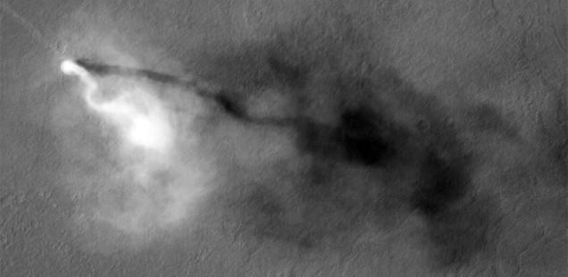 Tornado fotografiado por la Mars Reconaissance Orbiter. NASA/JPL/UA.