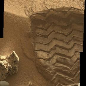 Mosaico de la MastCam Izquierda de la huela del Curiosity sobre la rizadura eólica de Rocknest. NASA/JPL/Procesado por Nahúm Méndez Chazarra.