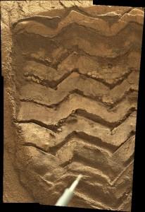 Mosaico de la MastCam Derecha de la huela del Curiosity sobre la rizadura eólica de Rocknest. NASA/JPL/Procesado por Nahúm Méndez Chazarra.