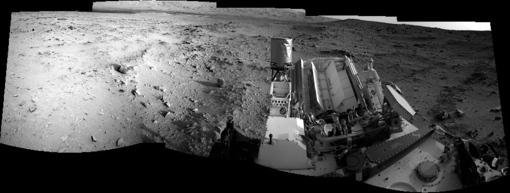 Una vista hacia Aeolis Mons en el Sol 55. Observese en la parte de la derecha de la imagen la roca que ha pisado el Curiosity. NASA/JPL.