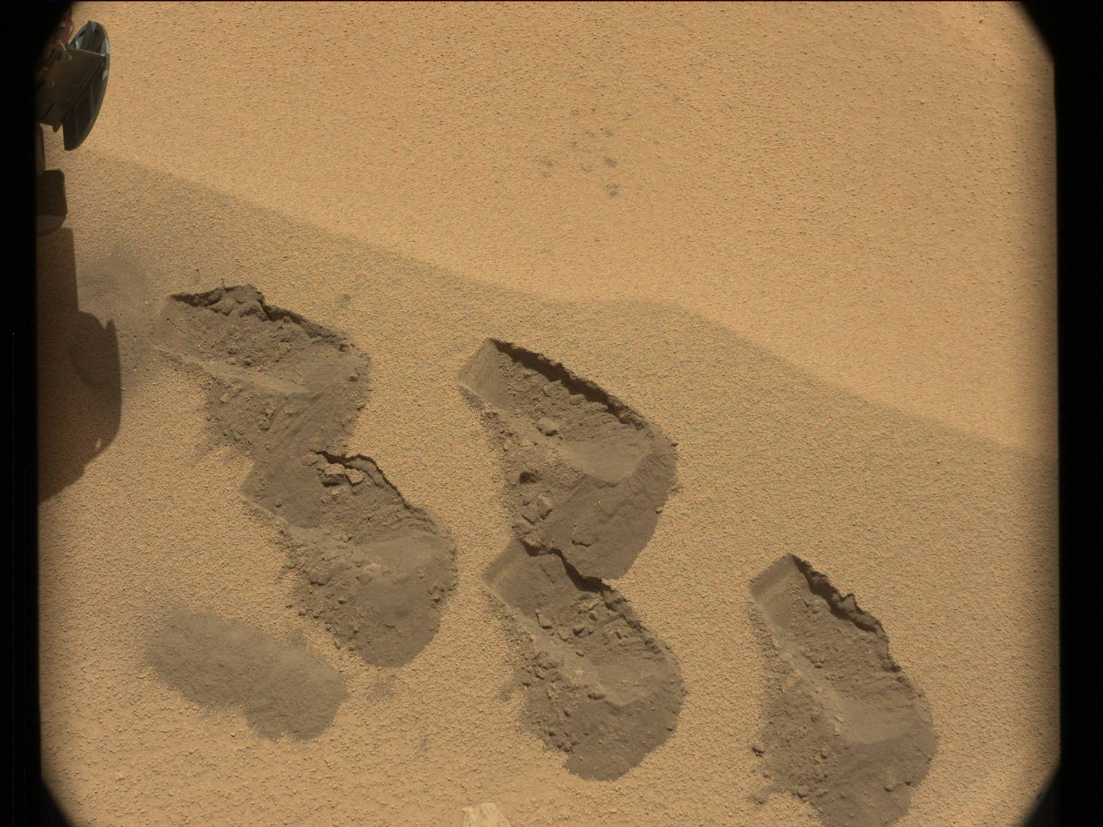 Imagen de la toma de muestras realizada en Rocknest por el Curiosity. NASA/JPL/MSSS.