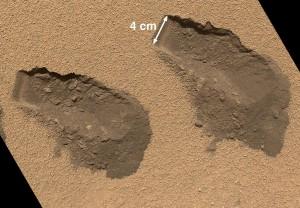 Dos de las muestras tomadas en Rocknest. Observese como la capa superficial parece endurecida de tonos más claros y se rompe a trozos con respecto a la capa inferior, a apenas unos milímetros bajo esta. Ese detalle nos indica que la duna esta inactiva. NASA/JPL-Caltech/MSSS.