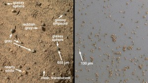 Dos imágenes de partículas de Rocknest tomadas por la cámara MAHLI. Observese que no solo hay particulas de color rojo, sino también vidrio formado en erupciones volcánicas o impactos de meteoritos a partir de gotas de roca fundida producidas por estos procesos. NASA/JPL-Caltech/MSSS.