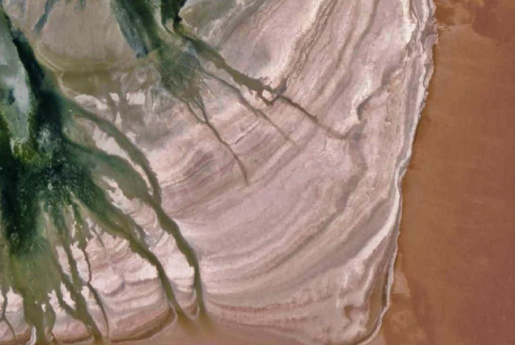 Capas sedimentarias más claras y oscuras que forman el delta en el 2009.