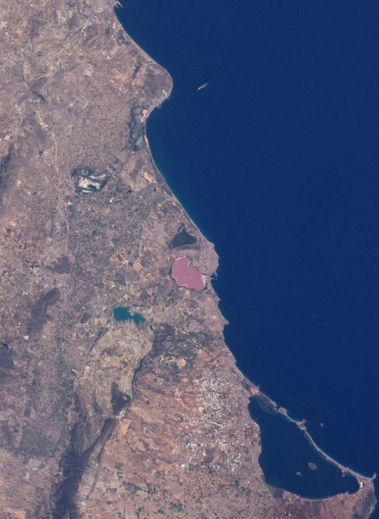 """En el centro de esta imagen tomada desde la Estación Espacial Internacional se pueden ver las Lagunas de la Mata y Torrevieja. Al Sur se puede ver el Mar Menor y al Norte """"El Hondo"""" y las Salinas de Santa Pola y frente al cabo de Santa Pola, la Isla de Tabarca. NASA."""