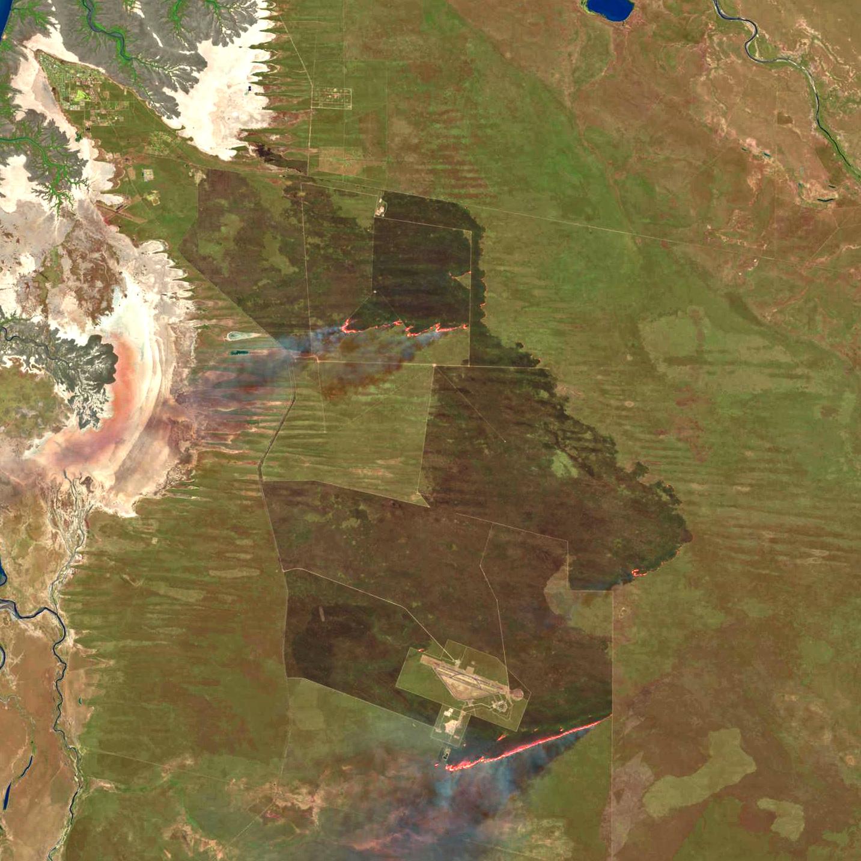 Ampliación de la imagen del 5 de Agosto donde se observan las llamas e incluso el humo del incendio. NASA/USGS.