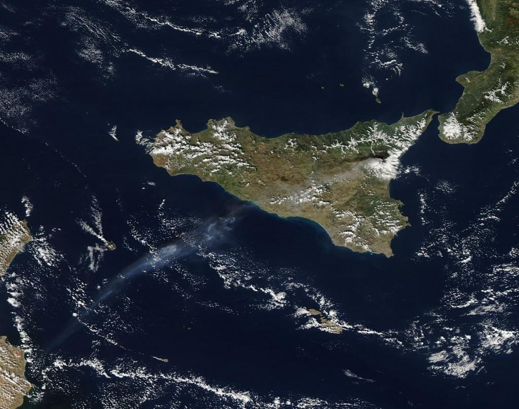 El Etna observado desde el satélite Aqua el día 26. NASA.