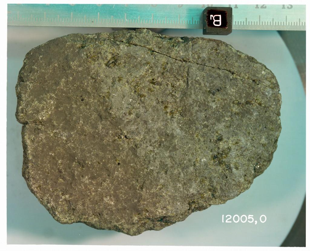 El basalto 12005 en muestra de mano. NASA.