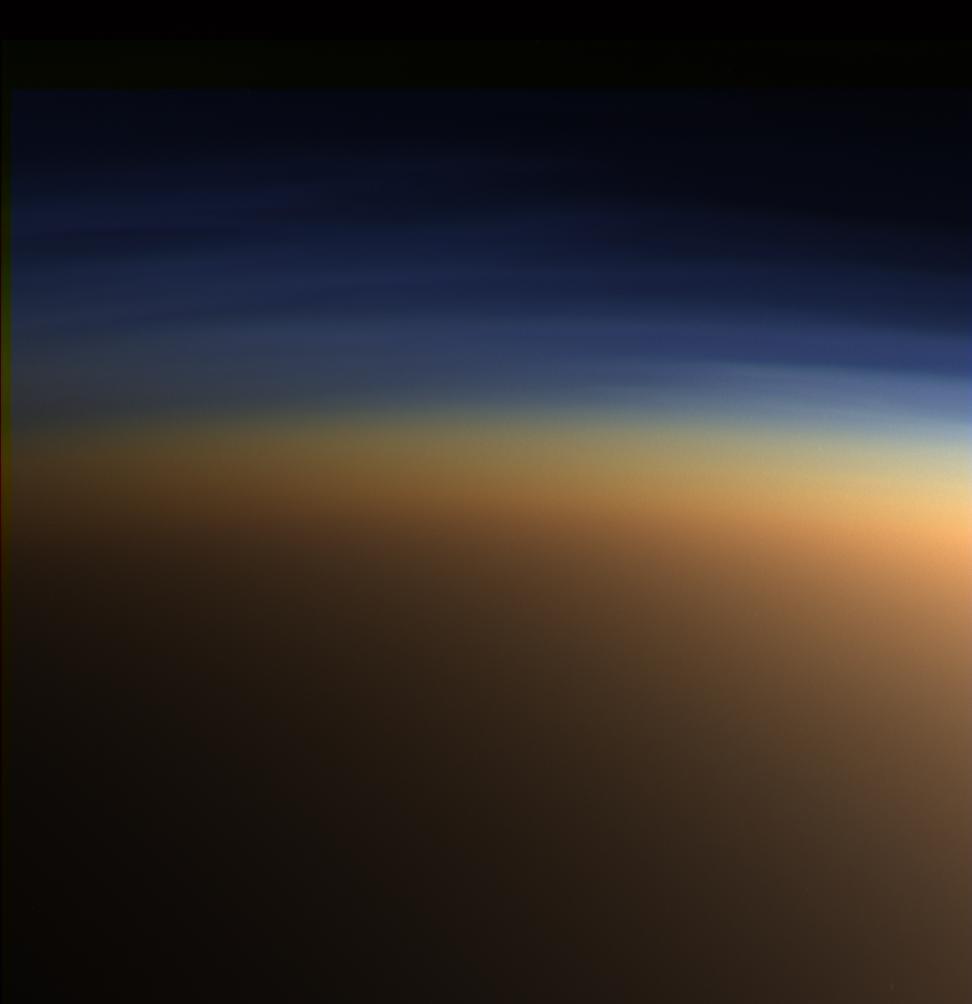 La atmósfera de Titán, desde la Cassini. Se han descubierto compuestos orgánicos en su atmósfera, entre ellos hidrocarburos aromáticos policíclicos,  descubiertos por el IAA-CSIC en 2013.