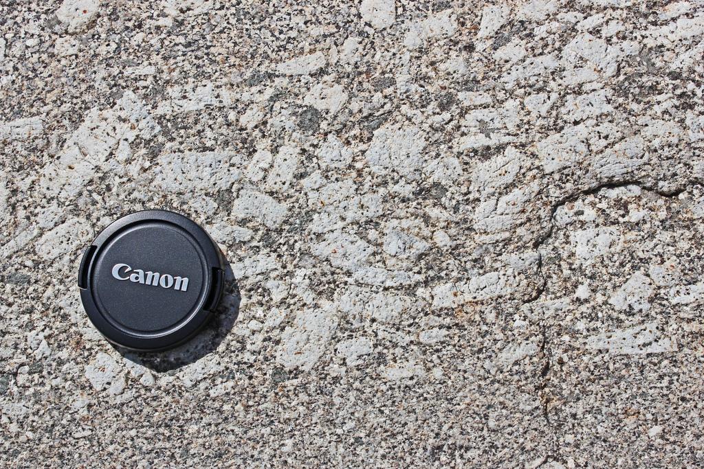 Feldespatos alineados en una granodiorita de la Sierra de Gredos, usando un cubre objetivos como escala.