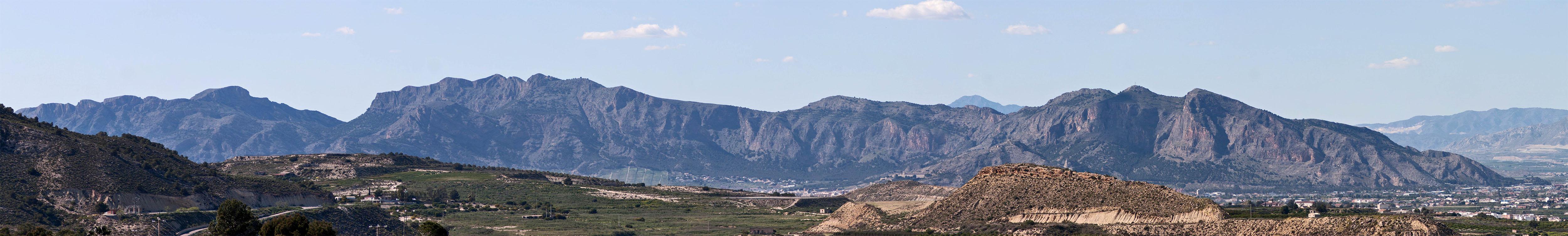 Vista de la Sierra de Orihuela desde el Embalse de la Pedrera.