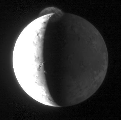 Ío, pillada en plena erupción por la New Horizons de camino a Plutón. NASA.