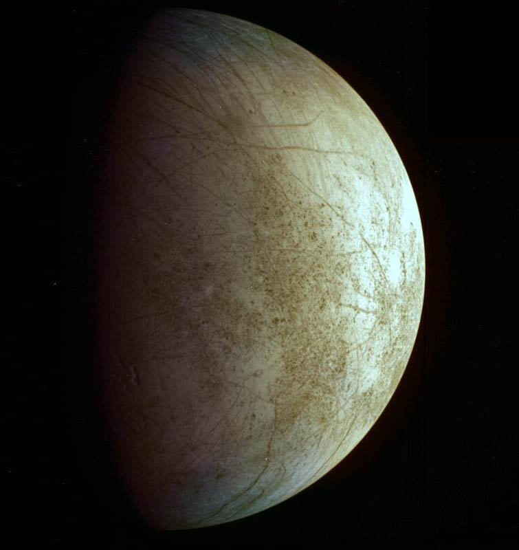 Europa observada desde la Galileo. Observad como la superficie apenas tiene cráteres grandes. NASA/JPL-Caltech.