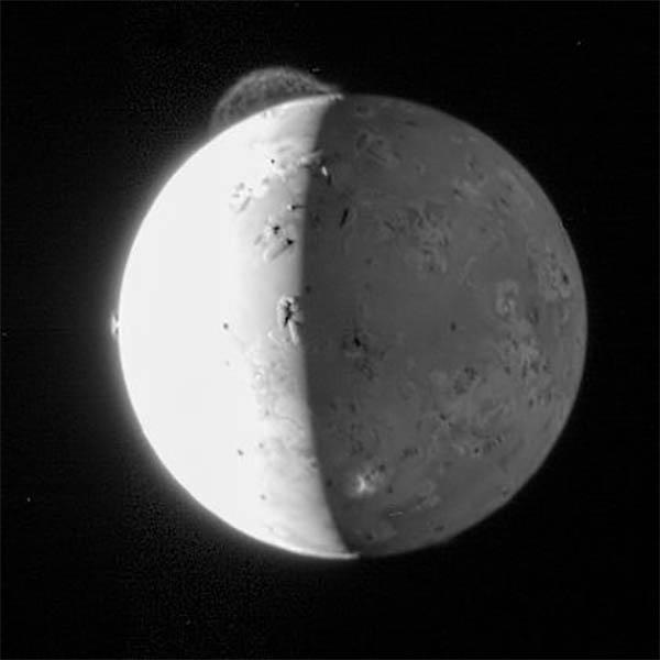 Ío observada desde la sonda New Horizons el 28 de Febrero de 2007. En la imagen se observan hasta 3 erupciones distintas simúltaneamente. NASA/Johns Hopkins University Applied Physics Laboratory/Southwest Research Institute.