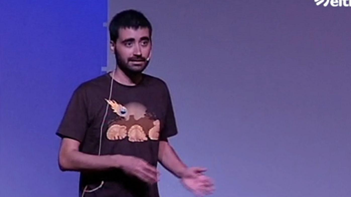 Dando una charla en Naukas 2014.