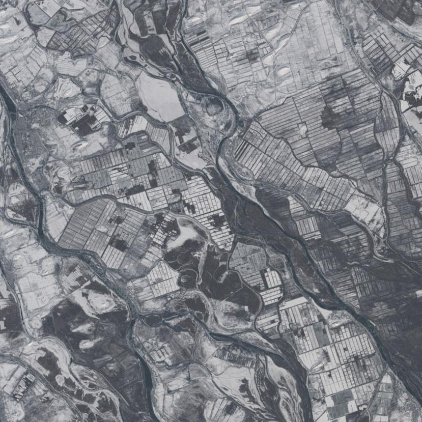 Esta malla de terrenos rectangulares son tierras de cultivo que aprovechan la fertilidad del delta. Landsat/NASA.