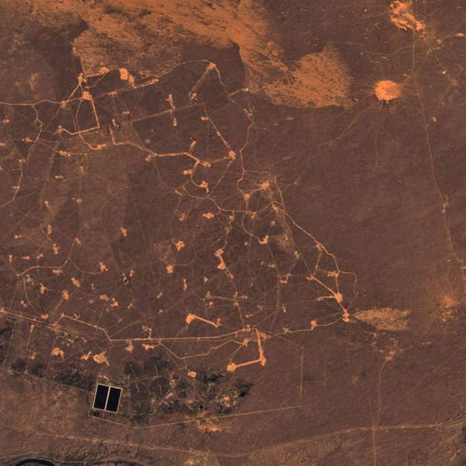 Campo petrolífero próximo al delta. Landsat/NASA.