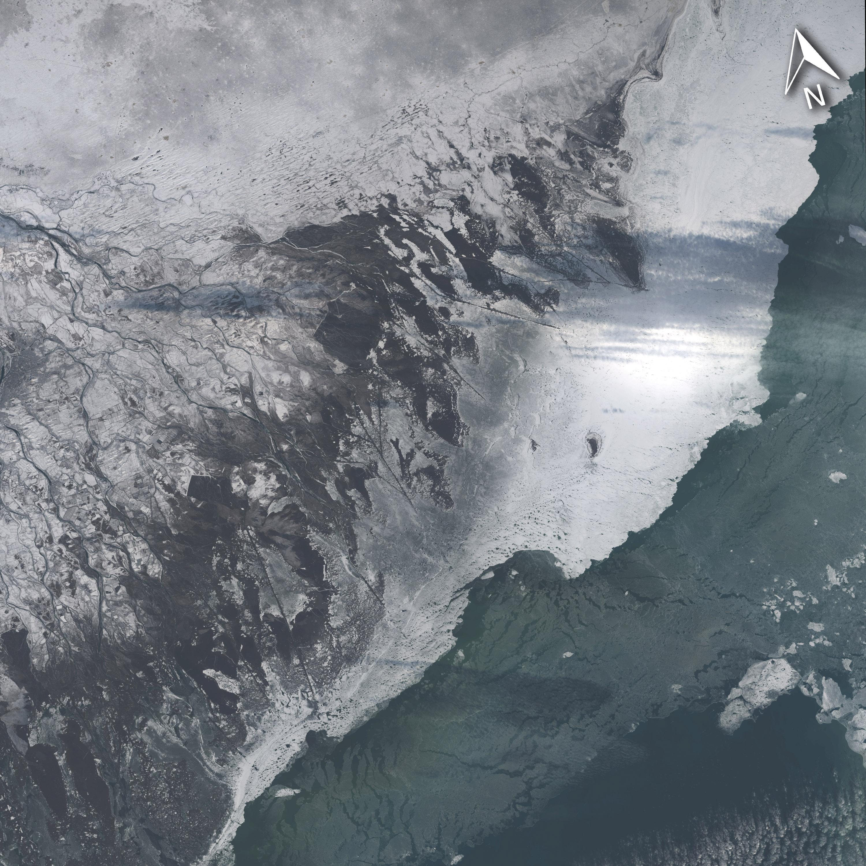 La misma zona que en la imagen anterior, fotografiada el pasado día 4 de Diciembre, pero con el hielo acumulandose en la línea de costa del delta. Landsat/NASA.