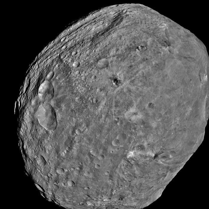 Vesta, vista por la Dawn el 24 de Julio de 2011. ¿Esperarías poder encontrar agua aquí?. NASA/JPL-Caltech/ UCLA/MPS/DLR/IDA.
