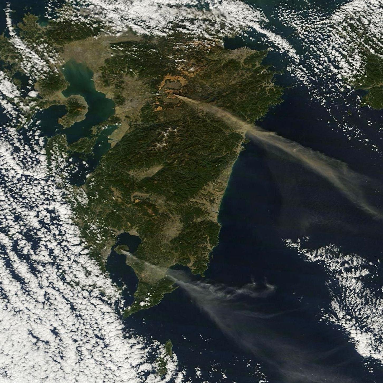 Los volcanes Aso y Sakurajima pillados simultaneamente emitiendo gases y cenizas. NASA.